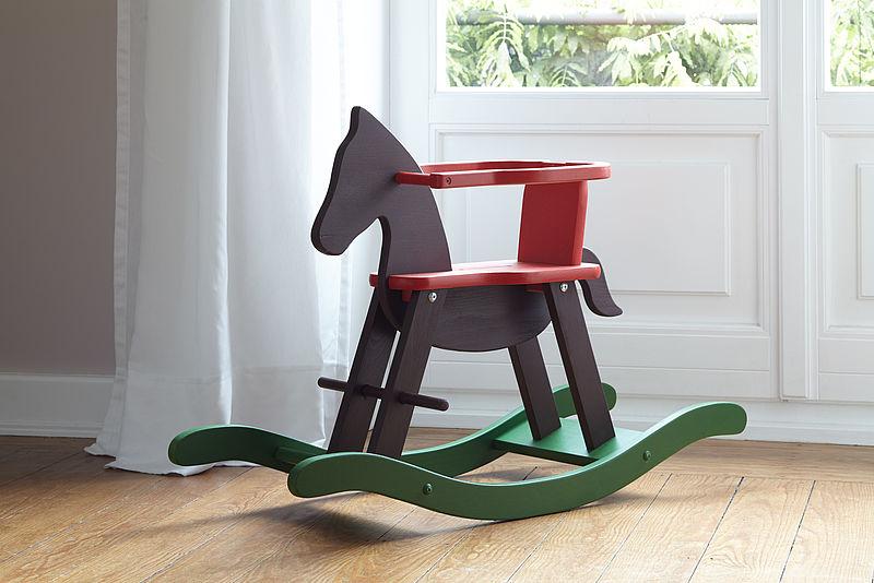 Spielzeug Schaukelpferd bunt lackiert mit Alpina Lacke.